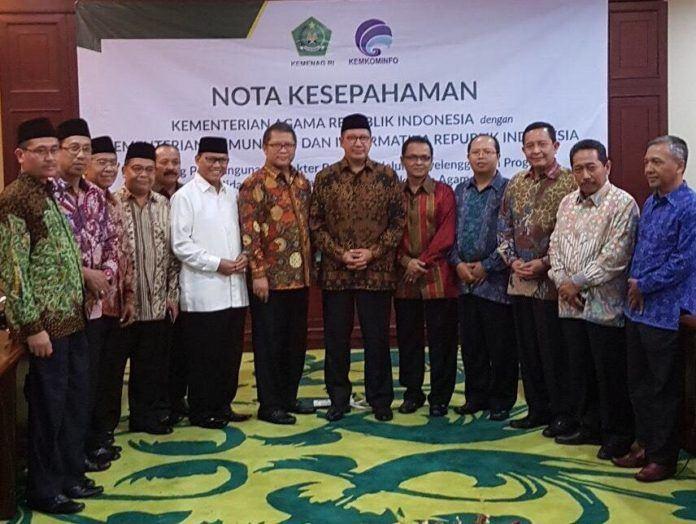 Foto: Menag Lukman Hakim Saifuddin dan Menkominfo Rudiantara berfoto bersama jajaran eselon II Kementerian Agama usai penandatanganan MoU.