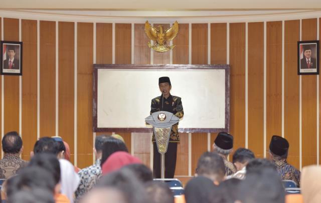 Presiden Jokowi saat memberikan kuliah umum, di Kampus Universitas Ahmad Dahlan, Bantul, DI Yogyakarta, Sabtu (22/7).