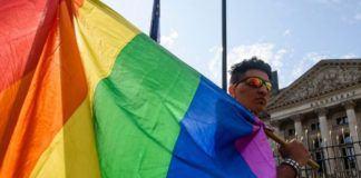 Bendera berwarna-warni, simbol LGBT. (Foto: AFP)