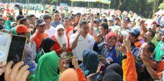 Foto: Menag Lukman Hakim Saifuddin silaturahim bersama ribuan ASN Kemenag se Jatim di lapangan Kebun Raya Puwodadi.