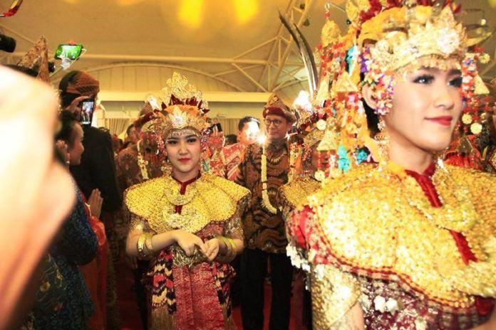 Foto: Menag Lukman disambut para peserta Utsawa Dharmagita setibanya di Jakabaring Sport City Palembang.