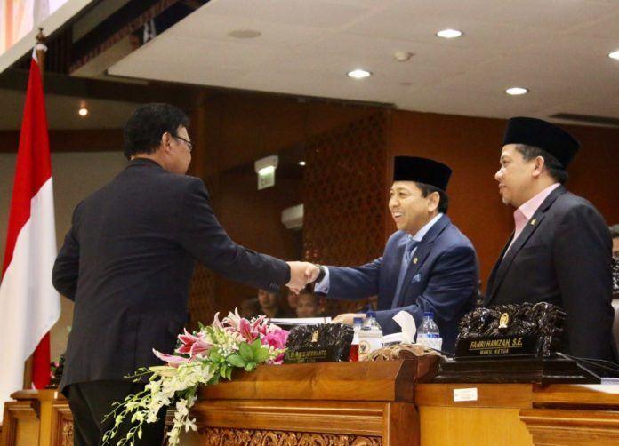 Menteri Dalam Negeri (Mendagri) Tjahjo Kumolo saat bersalaman dengan Ketua DPR Setyo Novanto.