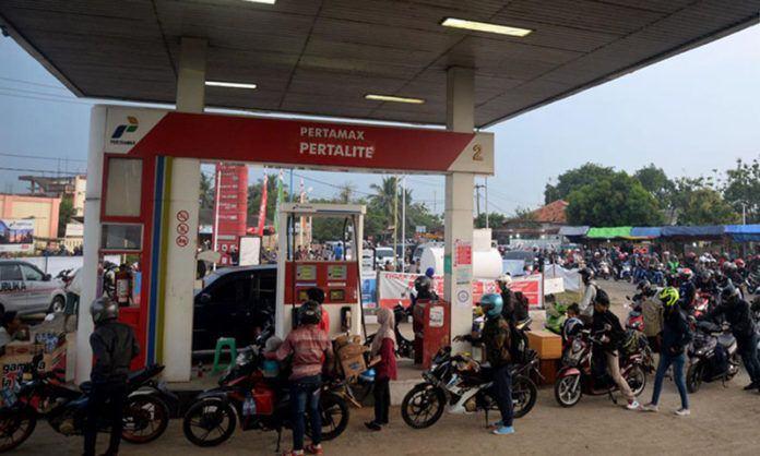 Foto: Pemudik sepeda motor mengantre BBM di SPBU Tulungangung, Indramayu, Jabar. Tingginya volume kendaraan pemudik yang masuk membuat antrian menjadi panjang.