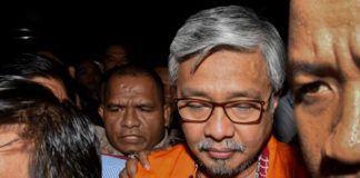 Foto: Gubernur Sultra Nur Alam keluar dari Gedung KPK dengan mengenakan rompi tahanan KPK. (Antara)