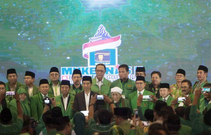 Presiden Joko Widodo (keempat kiri) bersama Ketua Majelis Syariah PPP Maimun Zubair (keempat kanan), Ketua Majelis Pakar PPP Lukman Hakim Saifuddin (ketiga kanan), dan Ketum PPP Romahurmuziy (ketiga kiri) berfoto bersama para pengurus PPP dalam penutupan Musyawarah Kerja Nasional (Mukernas) II Bimtek Anggota DPRD Partai Persatuan Pembangunan di kawasan Ancol, Jakarta, Jumat (21/7) (Ant: Rosa Panggabean)