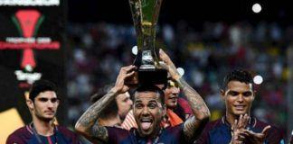 Dani Alves bersama trofi Piala Super Prancis (Foto: ouest-france)
