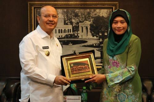 Walikota Medan Drs H T Dzulmi Eldin S MSi menerima kunjungan rombongan perwakilan sejumlah perguruan tinggi di Malaysia yang dipimpin Conselor Education Promotion dari Kedutaan Besar Malaysia, Dr Wan Rosmini Hassan di Balai Kota Medan, Senin (31/7).