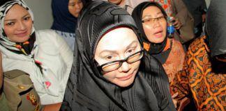Foto: Terdakwa kasus pengadaan alat kesehatan Ratu Atut Chosiyah berjalan seusai menjalani sidang dengan agenda pembacaan putusan di Pengadilan Tipikor, Jakarta, 20 Juli 2017. (foto ant: Muhammad Adimaja)