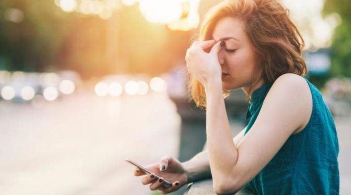 Penasaran dengan alasan pria yang tidak pernah membalas pesan Anda? Simak di sini.