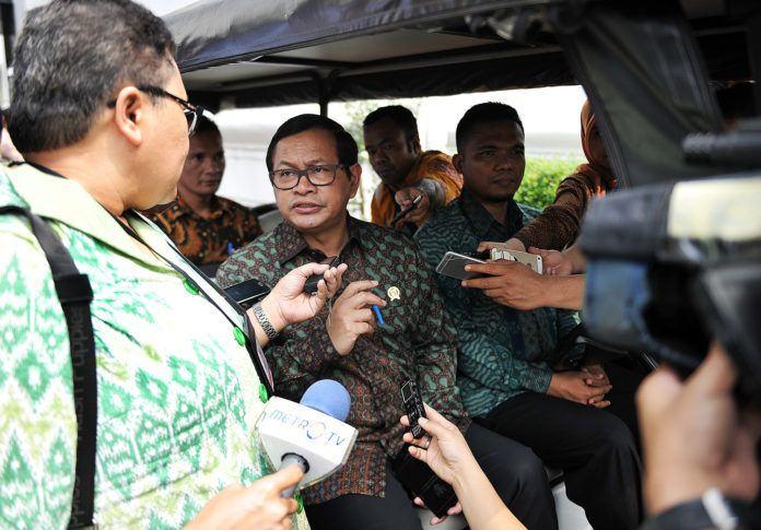 Foto: Seskab Pramono Anung menjawab pertanyaan wartawan usai Sidang Kabinet Paripurna, di Istana Negara, Jakarta, Senin (24/7).