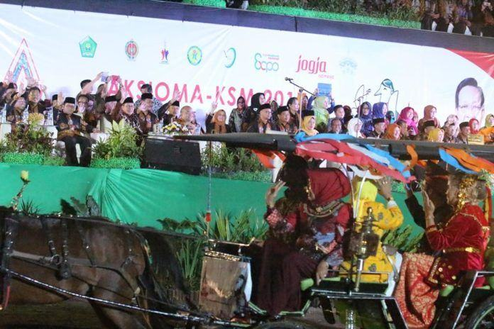 Foto: Menag Lukman Hakim melambaikan tangan kepada Defile Peserta Aksioma-KSM 2017 Yogyakarta.