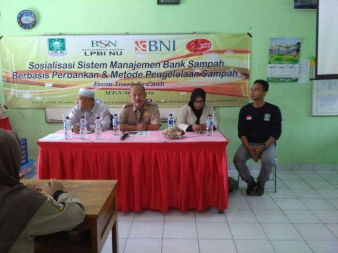 Kepala MTsN 34 Jakarta, Akhmad Hakim (berpakaian pramuka) beri arahan kepada peserta pelatihan. (foto: istimewa)