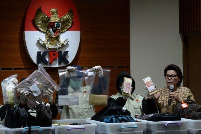 Foto: Wakil Ketua KPK Basaria Panjaitan saat memberikan keterangan kepada wartawan.