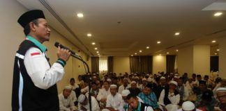 Foto: Prof. Dr. H. Aswadi Syuhadak Nurudin sedang memberikan layanan bimbingan kepada sejumlah jemaah, Rabu (9/8).