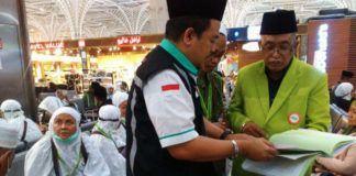 Foto: Foto: Kasi Pengawas PIHK Tawwabuddin sedang memeriksa kelengkapan dokumen jemaah haji khusus di Bandara Madinah, Selasa (8/8).