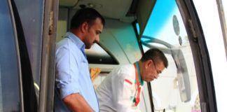 Foto: Kasektor Bir Ali cek kesiapan dokumen paspor jemaah sebelum bus berangkat ke Makkah.