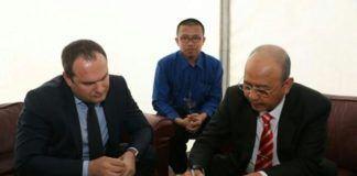 Foto: Walikota Medan Drs H T Dzulmi Eldin S MSi menandatangani kesepakatan untuk bekerjasama dengan Wakil Walikota Rostov on Don, Mr Dmitriy Chernyshov di Hermitage Garden, Kota Moskow, Rusia, Sabtu (5/8).