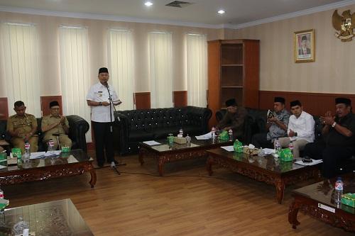 Foto: Pemko Medan bersama DPRD Kota Medan tandatangani kesepakatan bersama tentang perubahan kebijakan umum APBD (KUA) serta prioritas dan plafon anggaran sementara (PPAS) P-APBD TA 2017, di ruang transit DPRD Medan, Senin (28/8).