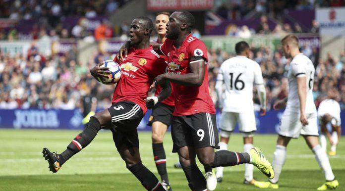 Para pemain Manchester United merayakan gol Eric Bailly saat melawan Swansea City pada lanjutan Premier League di Liberty Stadium, Swansea, (19/8). (Nick Potts/PA via AP)