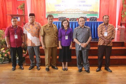 Foto: Kepala Bagian Adm. Kesejahteraan Rakyat Kota Medan Drs Ahmad Raja Nasution M.SP saat membuka kegiatan sosialisasi dan pembinaan kepada guru-guru sekolah minggu, di Hotel Soechi, Selasa (1/8).