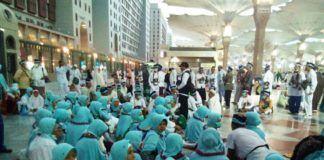 Tim Gerak Cepat PPIH Arab Saudi berikan penyuluhan kesehatan kepada jemaah Indonesia di Bandara Madinah. (foto: istimewa)