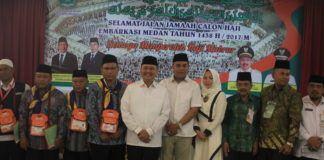 Foto: Walikota Medan Dzulmi Eldin melepas keberangkatan jemaah calon haji kloter 14 Embarkasi Medan di Aula I Madinatul Hujjaj Asrama Haji Medan, Jumat (11/8).