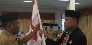 Foto: Bupati Deliserdang Ashari Tambunan saat melepas keberangkatan jemaah calon haji Kloter 11/MES di Aula I Madinatul Hujjaj Asrama Haji Medan, Selasa (8/8).