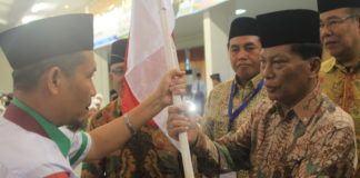 Foto: Bupati Kabupaten Padanglawas Utara Bachrum Harahap melepas keberangkatan jemaah calon haji Kloter 12 Embarkasi Medan di Aula I Madinatul Hujjaj Asrama Haji Medan, Rabu (9/8).