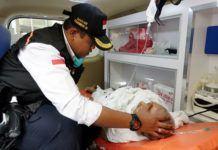 Foto: Tim Kesehatan Haji sedang memberi perawatan kepada seorang jemaah yang baru tiba di akibatkan kelelahan. Rabu (9/8).