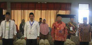 Foto: Anggota DPR RI Hasrul Azwar saat melepas keberangkatan jemaah calon haji kloter 20 Embarkasi Medan di Aula I Madinatul Hujjaj Asrama Haji Medan, Jumat (18/8).