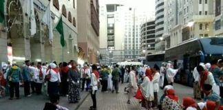 Foto: Jemaah sedang berkumpul di depan pemondokan di Madinah.