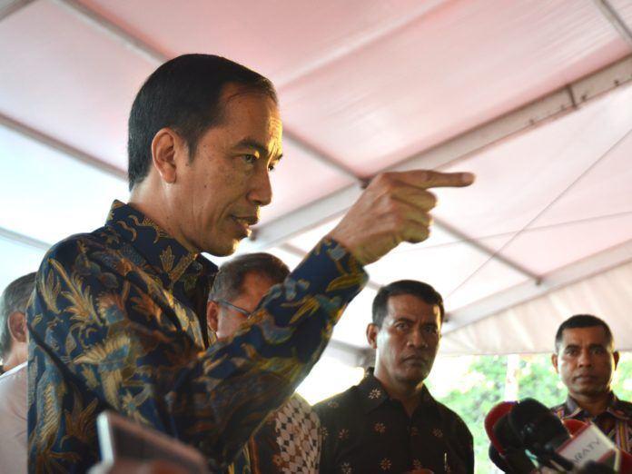 Foto: Presiden Jokowi menjawab pertanyaan wartawan usai meninjau Pameran Kemajuan Pembangunan Infrastruktur Indonesia, di Lapangan Silang Monas, Jakarta Pusat, Minggu (27/8) sore.
