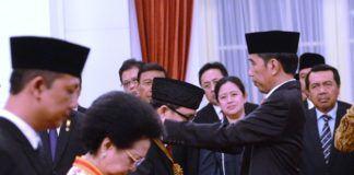 Foto: Presiden Jokowi menganugerahkan Tanda Kehormatan Republik Indonesia kepada 8 tokoh masyarakat, di Istana Negara, Jakarta, Selasa (15/8).