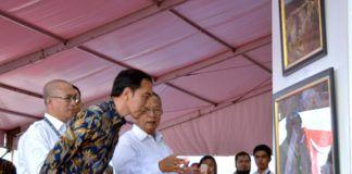 Foto: Presiden Jokowi saat meninjau Pameran Kemajuan Pembangunan Infrastruktur Indonesia, di Lapangan Silang Monas, Jakarta Pusat, Minggu (27/8) sore.