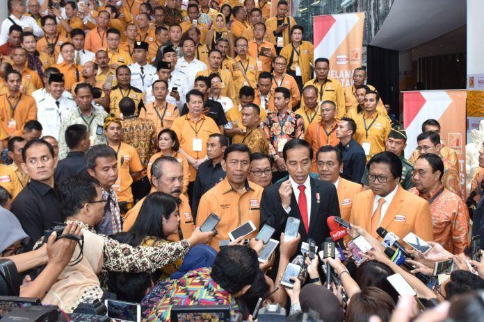 Foto: Presiden Jokowi menjawab pertanyaan wartawan usai membuka Rapimnas Partai Hanura, di Hotel The Stones, Kuta, Bali, Jumat (4/8).