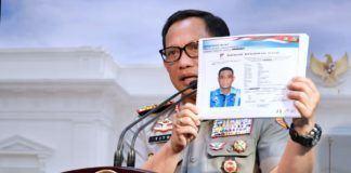 Foto: Kapolri Jenderal Tito Karnavian menunjukkan sketsa pembunuh Novel Baswedan, pada konperensi pers, di Kantor Presiden, Jakarta, Senin (31/7).
