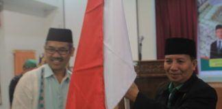 Foto: Sekretaris Dirjen Penyelenggara Haji dan Umrah (PHU) Kemenag RI Hasan Fauzi melepas keberangkatan jemaah calhaj Kloter 08/MES melalu penyerahan Pataka Merah Putih di Aula I Madinatul Hujjaj Asrama Haji Medan, Jumat (4/8).