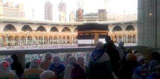 Foto: Jemaah haji Indonesia sedang bermunajat di Masjidl Haram sambil menghadap ke arah Baitullah, Rabu (16/8).