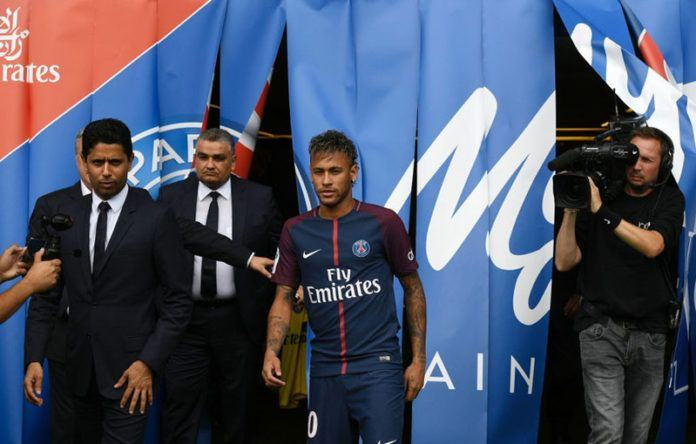 Neymar ketika diperkenalkan sebagai pemain Paris Saint-Germain (PSG). (AFP PHOTO / Lionel BONAVENTURE)