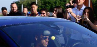 Fans mengabadikan Neymar saat tiba di Pusat Olahraga FC Barcelona Joan Gamper di Sant Joan Despi, Spanyol, Rabu, (2/8). Pesepakbola 25 tahun ini akan menjadi pemain termahal di dunia dengan transfer 222 juta euro dari Barcelona. (AP Photo/Manu Fernandez)