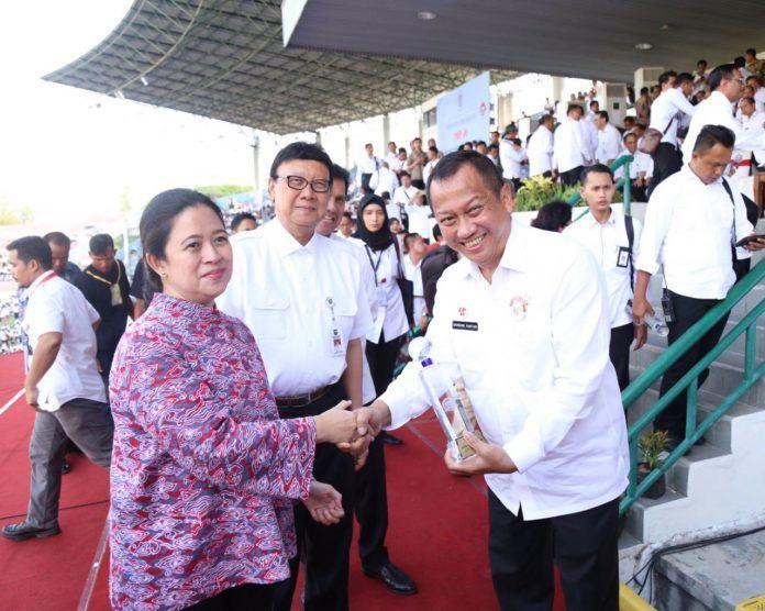 Foto: Menteri Koordinator Pemberdayaan Manusia dan Kebudayaan (PMK), Puan Maharani membuka Pekan Kerja Nyata Revolusi Mental di Stadion Manahan Surakarta, Jumat (25/8).