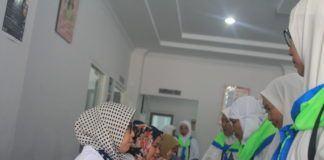 Foto: Jemaah haji Indonesia saat dilakukan pemeriksaan kesehatan.