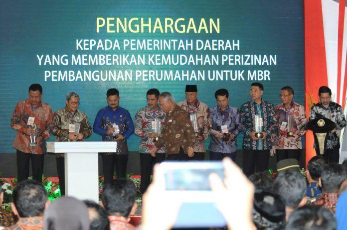 Foto: Para kepala daerah yang menerima penghargaan pada Pameran Indonesia Properti Expo Tahun 2017, di Hall B, Jakarta Convention Center (JCC), Senayan, Jakarta Pusat, Jumat (11/8).