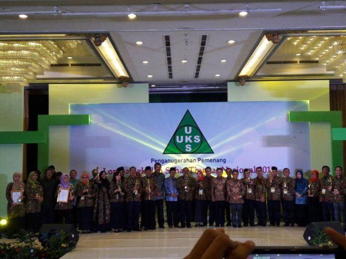 Foto: Dirjen Pendidikan Islam, Kamarudin Amin foto bersama para juara Sekolah Sehat.