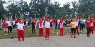 Foto: Walikota Medan Drs HT Dzulmi Eldin S MSi mengisi waktu pagi harinya dengan mengikuti senam jantung sehat bersama ribuan masyarakat Kota Medan, di Lapangan Merdeka Medan, Minggu (27/8) pagi.