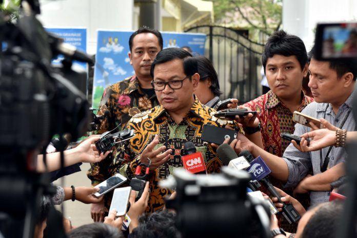 Foto: Seskab Pramono Anung menjawab pertanyaan wartawan usai Sidang Kabinet Paripurna, di Halaman Istana Negara, Jakarta, Selasa (29/8) petang.