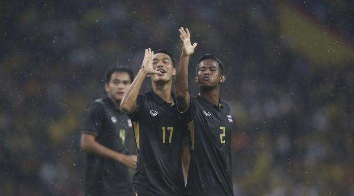 Foto: Pemain Thailand, Rattanakorn Maikami (kiri) dan Sasalak Haiprakhon merayakan gol ke gawang Malaysia pada final sepakbola SEA Games 2017 di Stadion Shah Alam, Selasa (29/8). (AP Photo/Adrian Hoe)
