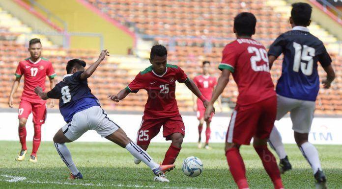 Foto: Pemain Timnas Indonesia, Osvaldo Haay, berebut bola dengan pemain Kamboja di Stadion Shah Alam, Selangor, Kamis, (24/8).
