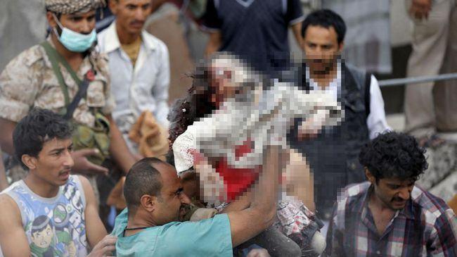 Serangan udara Arab Saudi di Yaman merenggut banyak korban sipil, termasuk anak-anak. (Reuters/Khaled Abdullah)