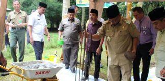 Foto: Wakil Walikota Medan Ir Akhyar Nasution M.Si meletakkan batu pertama dimulainya pembangunan Masjid Ababil Medan Zoo Jalan Bunga Rampe, Kelurahan Simalingkar B, Kecamatan Medan Tuntungan, Selasa (19/9).